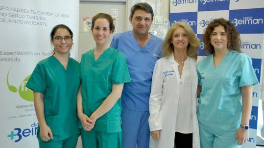 Las biólogas, Amel Khelifi y María Muñoz, con el doctor Alejandro González, Ginecólogo responsable del área, la doctora Mª Ángeles de los Santos, Directora médica de Beiman y Raquel Barrios, Responsable del área de enfermería de Beiman.
